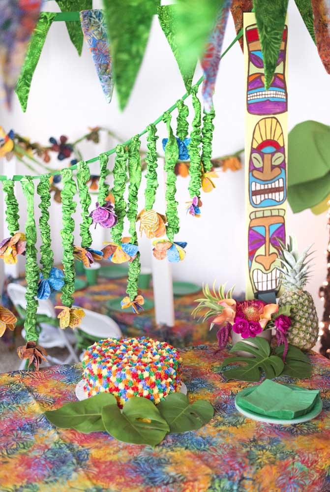Festa luau simples com destaque para o pequeno bolo decorado com chantilly colorido