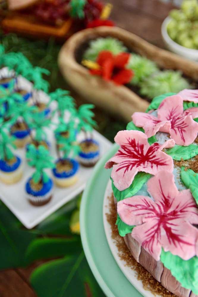 As flores típicas do Havaí decoram esse bolo de festa luau
