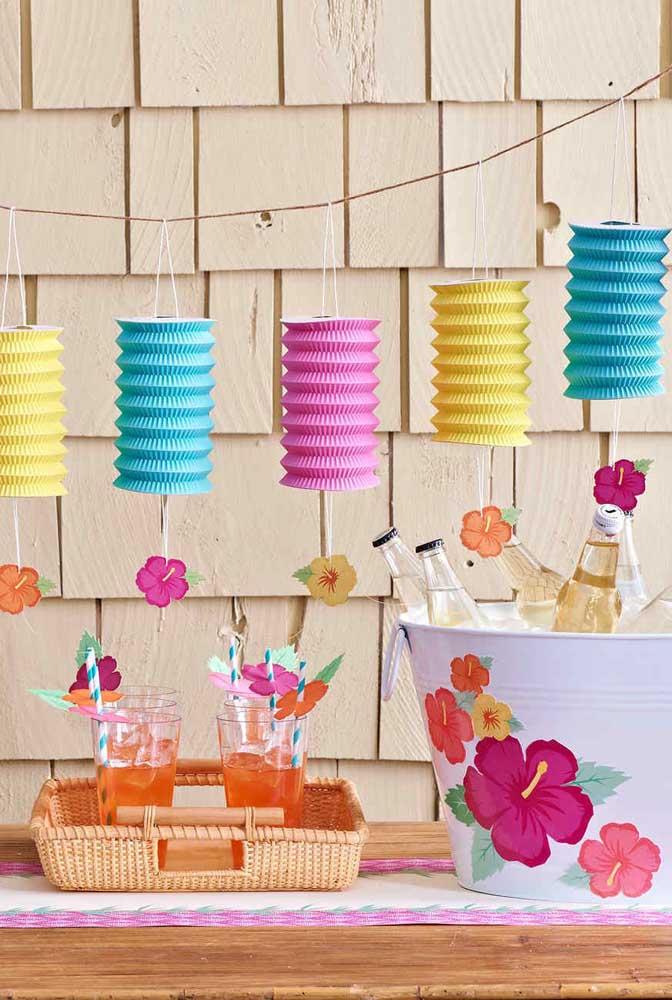 Linda sugestão de decoração para festa luau: lanternas coloridas de papel