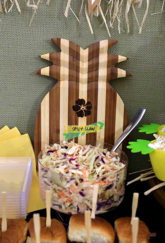 Salada de repolho com abacaxi: prato típico do Havaí e que pode compor o cardápio da sua festa luau