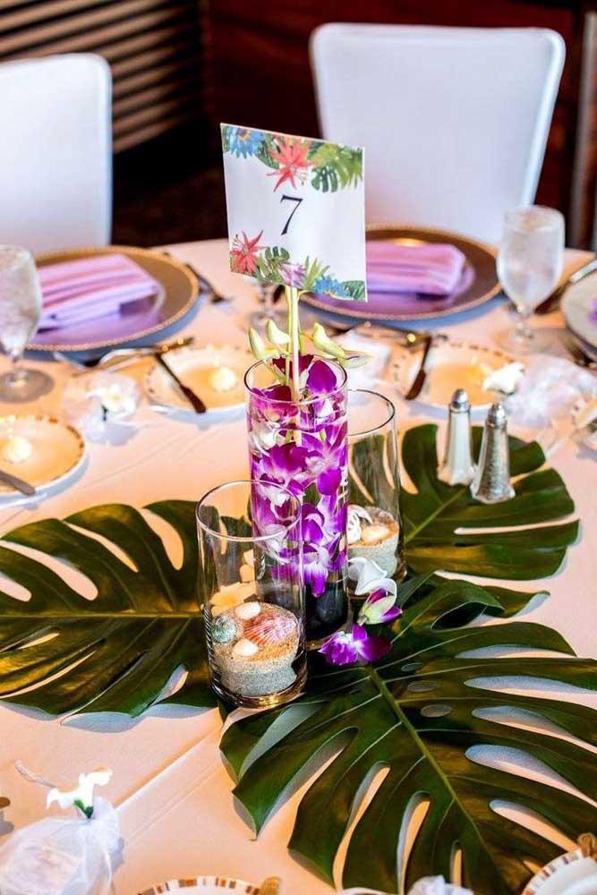 Decoração tropical para o centro de mesa da festa luau