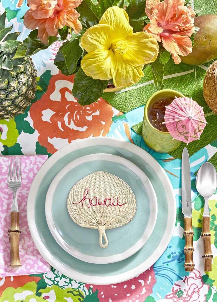 A louça e os talheres ganharam destaque especial nessa festa; destaque para as flores coloridas de hibisco compondo a mesa