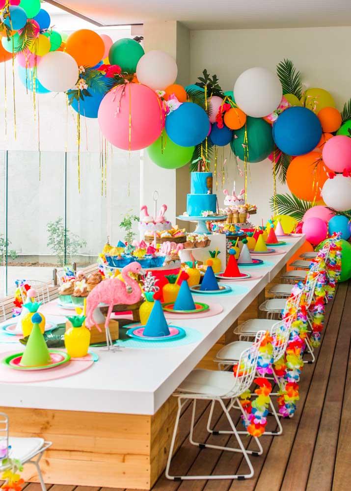 Festa luau em casa: decore com balões coloridos e colares havaianos