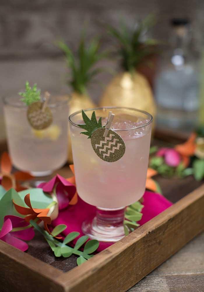 O pequeno abacaxi que acompanha o drinque anuncia o sabor da bebida