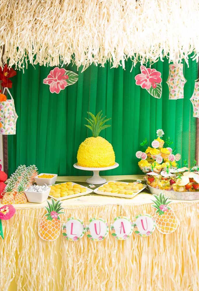 Linda ideia de fazer um bolo em formato de abacaxi gigante!