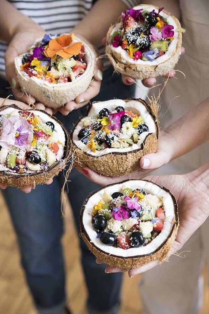 Aqui o coco é de verdade e dentro dele uma salada de frutas de dar água na boca