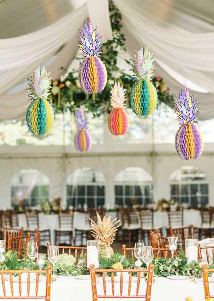 Se inspire nessa decoração de festa luau com abacaxis de papel