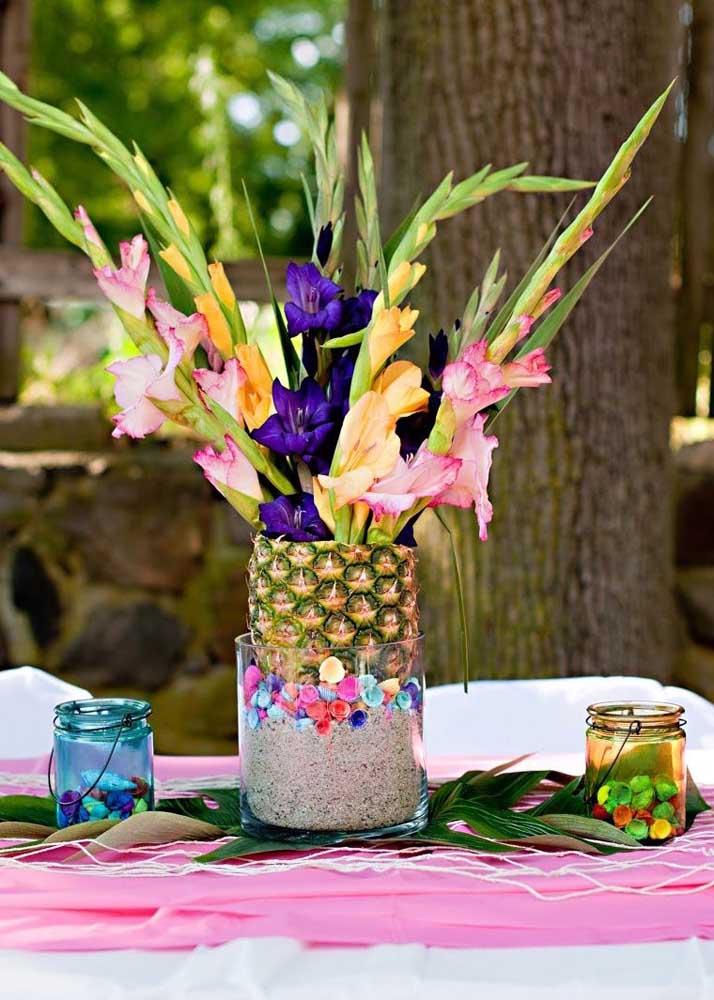 Nessa outra festa, o abacaxi vira um lindo vaso para as palmas