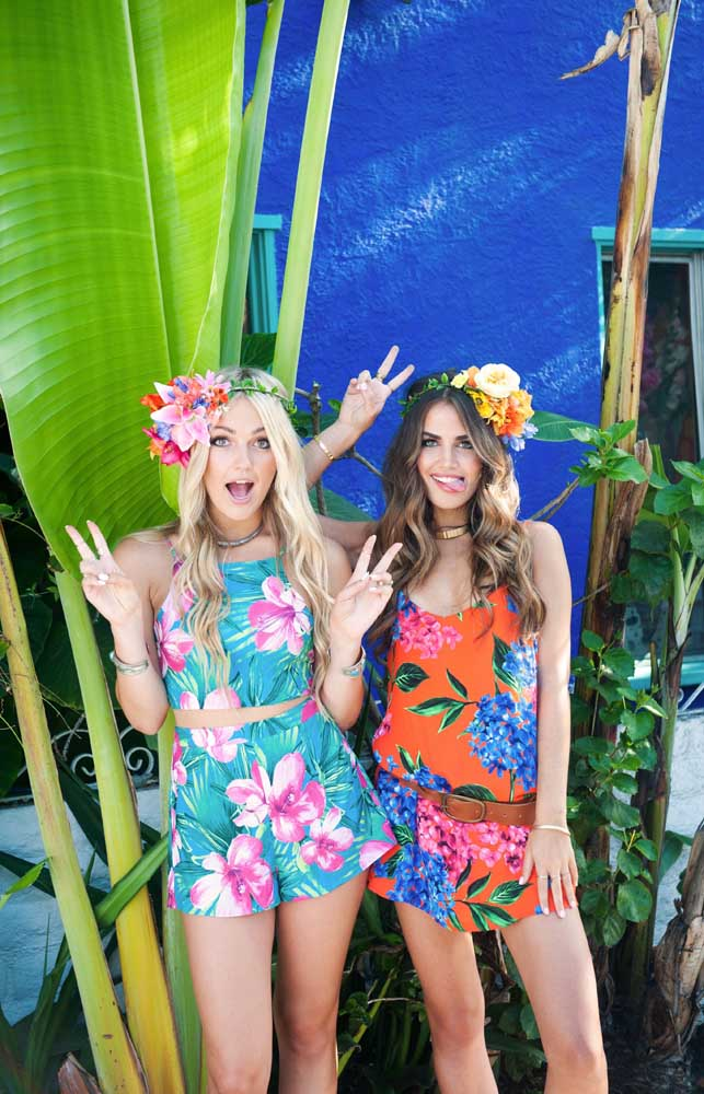 Sugestão de roupa para festa luau: flores e cores