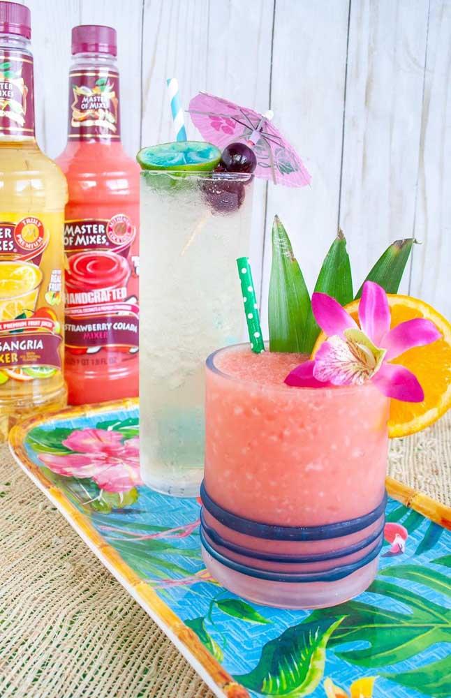 Drinques coloridos e bem apresentados para ganhar a atenção dos convidados da festa luau