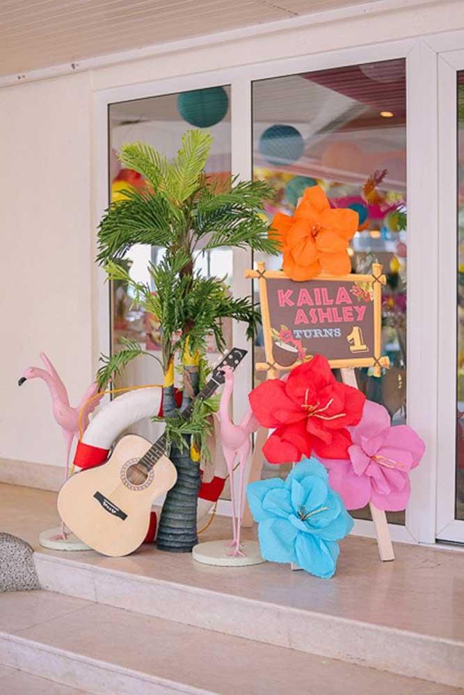 Decore a festa luau com flores de papel; são fáceis de fazer e super combinam com o tema