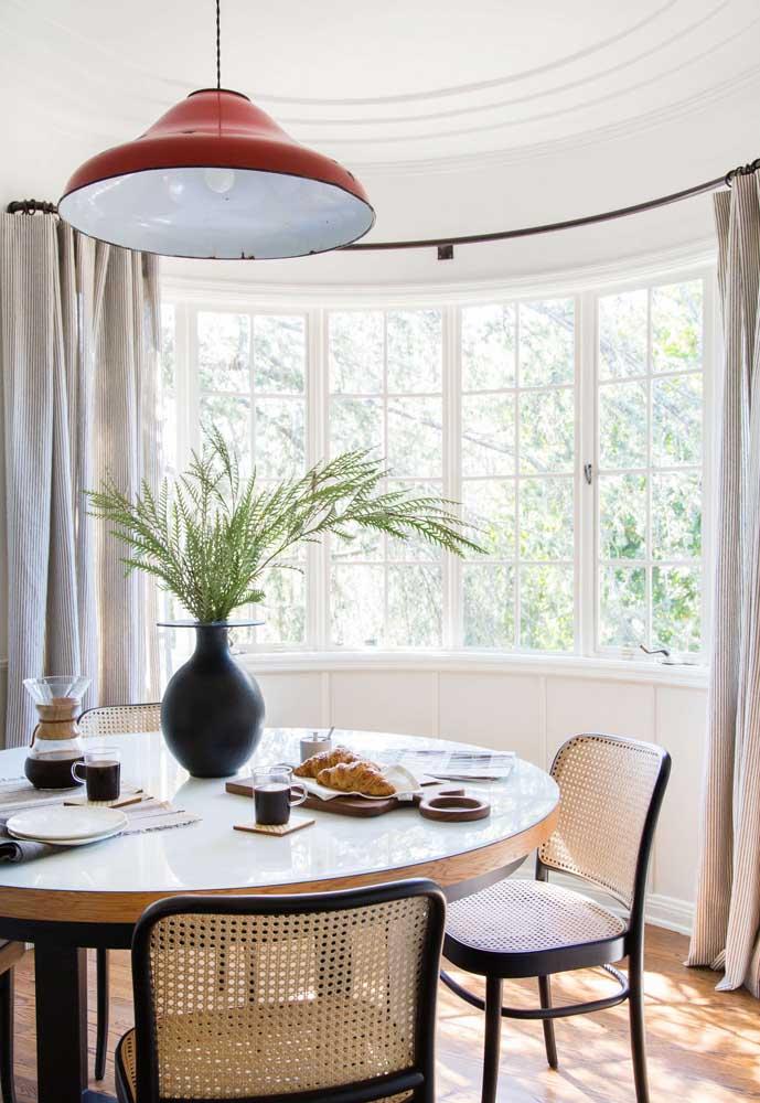 Quanto mais vidro, mais luz, ou seja, a cortina se torna um elemento indispensável junto a Bay Window para regular a luminosidade dentro de casa