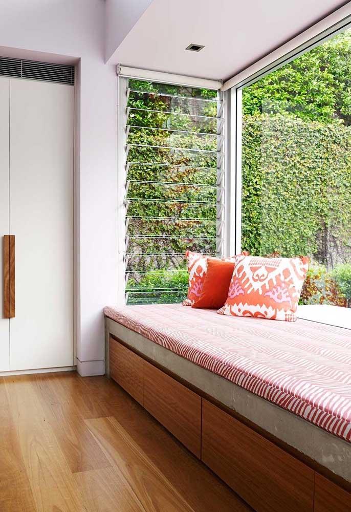 Aqui, a Bay Window garante uma visão privilegiada para a área externa da casa