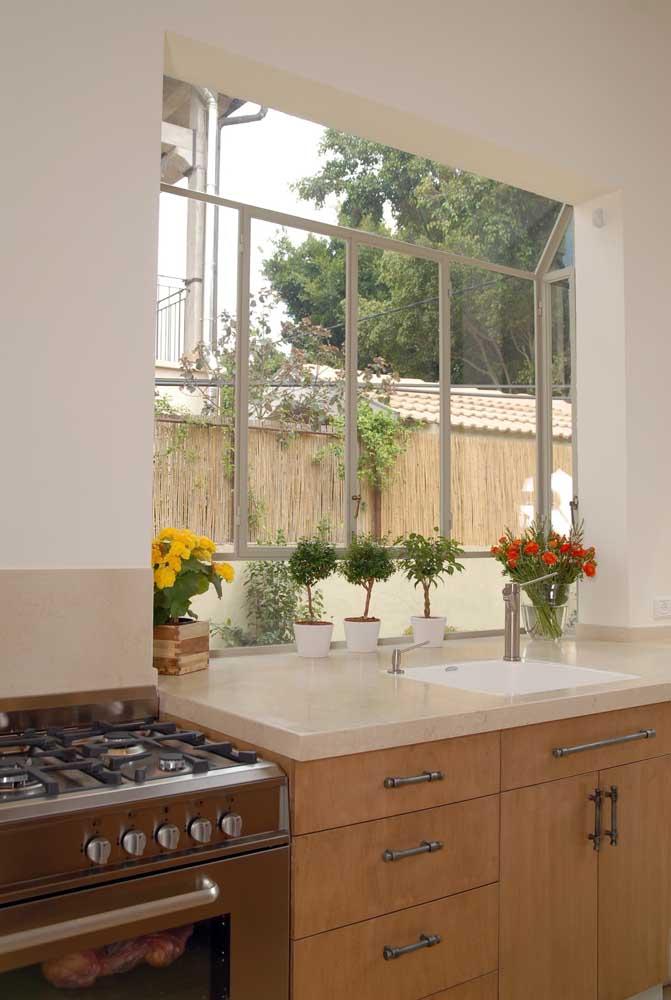 Bay Window na cozinha: aqui, a janela ajuda a dissipar odores e gordura