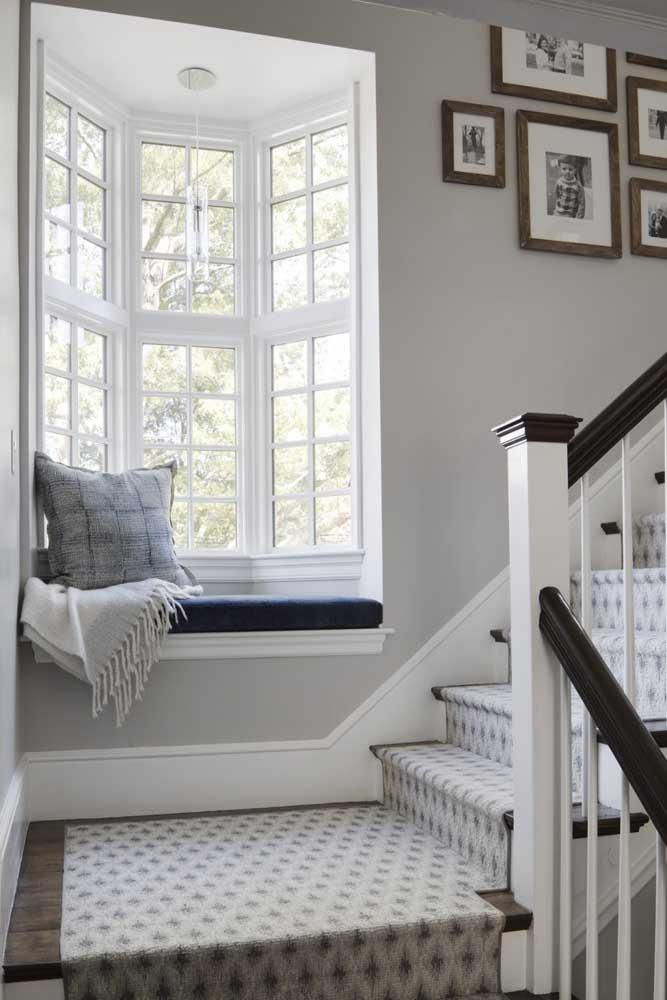 O corredor que dá acesso à escada ficou mais acolhedor e bonito com a Bay Window