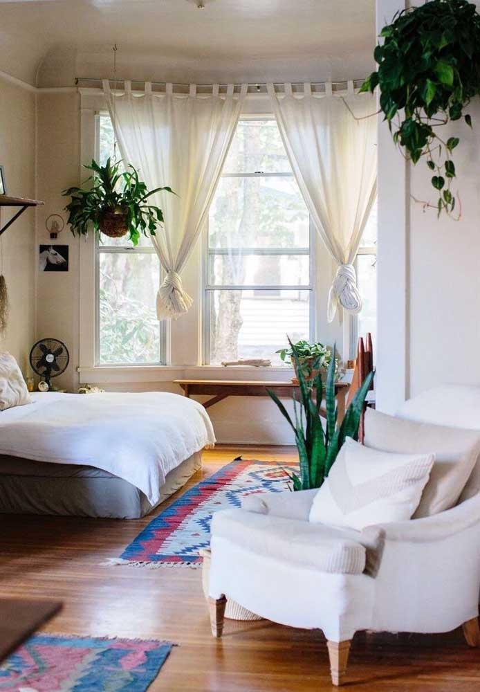 O quarto de casal boho apostou no uso da Bay Window como fonte de luz natural; excelente para manter as plantinhas lindas e saudáveis
