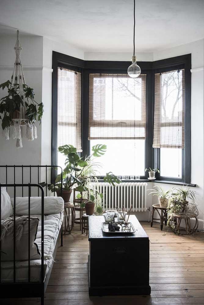 A Bay Window com moldura preta ganhou destaque frente ao ambiente branco