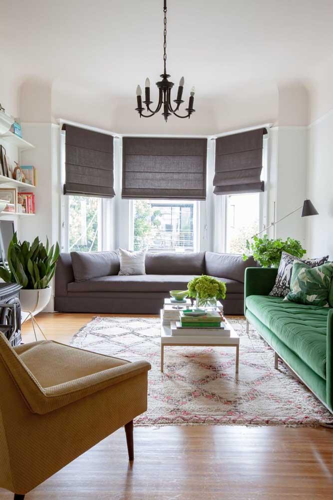 Nessa sala com Bay Window, o sofá foi feito sob medida para se encaixar no vão abaixo da janela