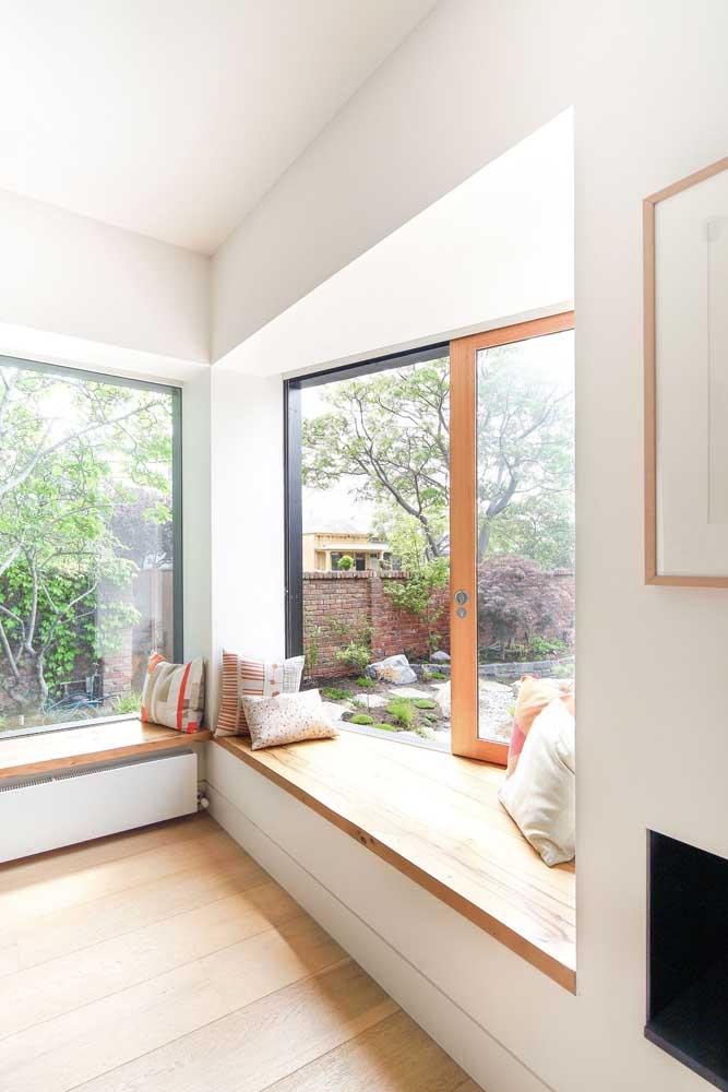 Bay Window moderna para a sala de estar; o banco de alvenaria aproveita toda a luz natural que vem pela abertura da janela