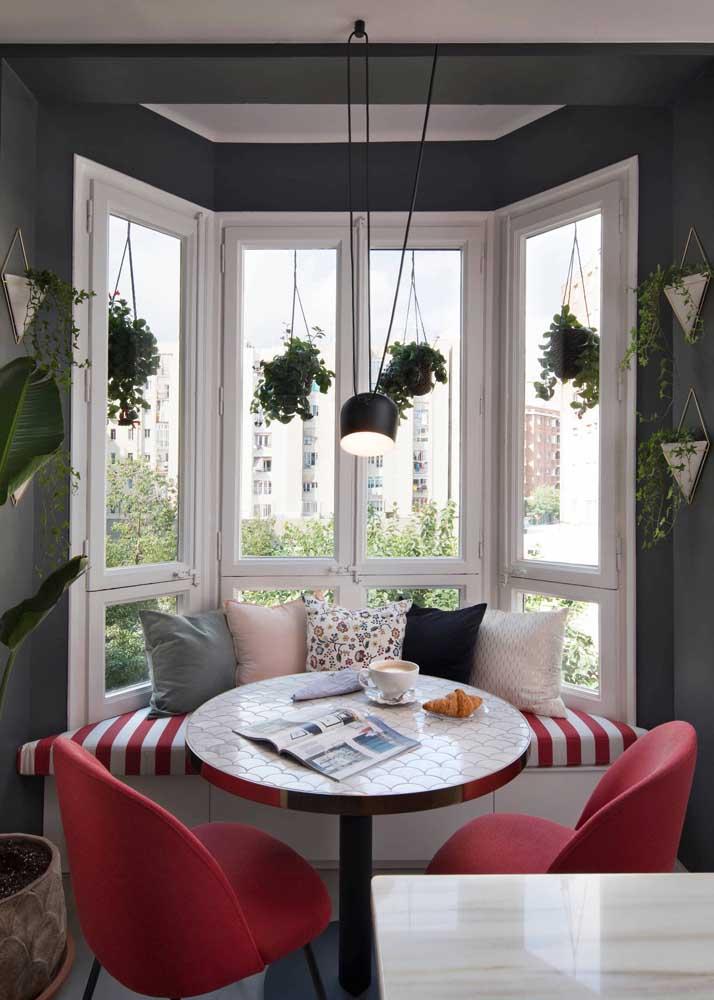 Nesse apartamento, a Bay Window acomoda plantas, o canto alemão e a mesa de jantar