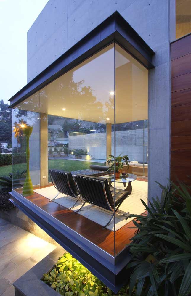 Bay Window minimalista e moderna: aqui, apenas o vidro já caracteriza a proposta da janela