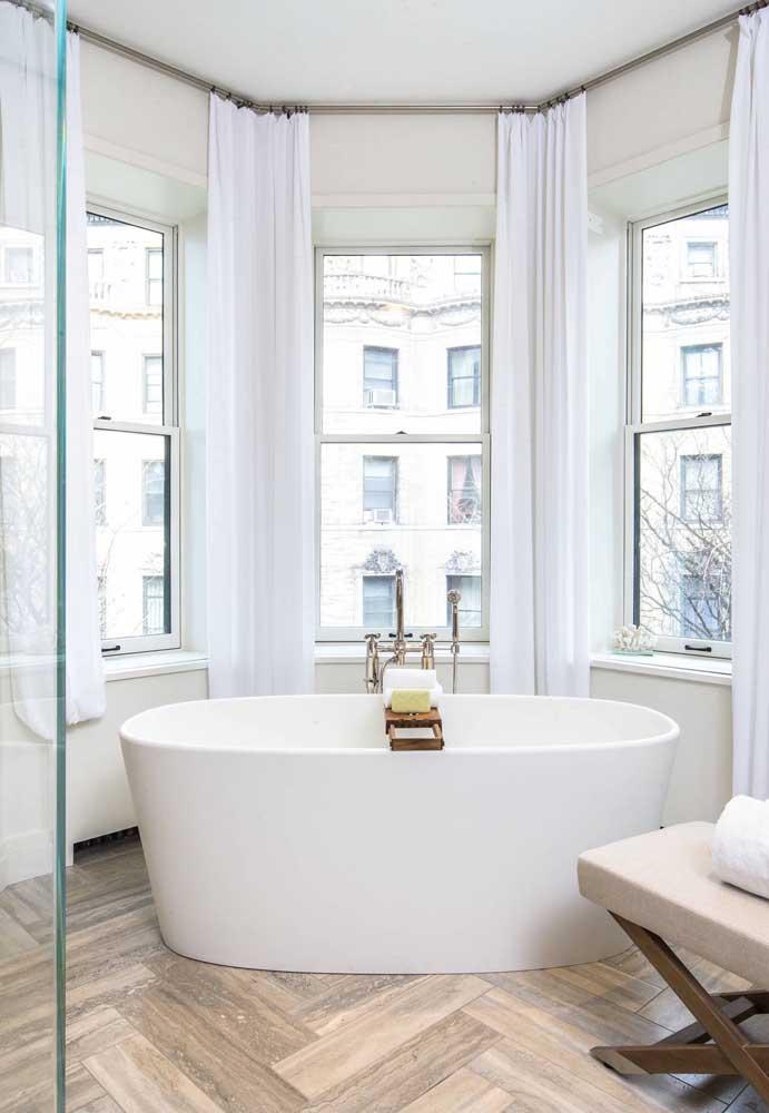 No banheiro, a Bay Window não é tão comum, mas produz um efeito lindíssimo, só não deixe de usar cortinas