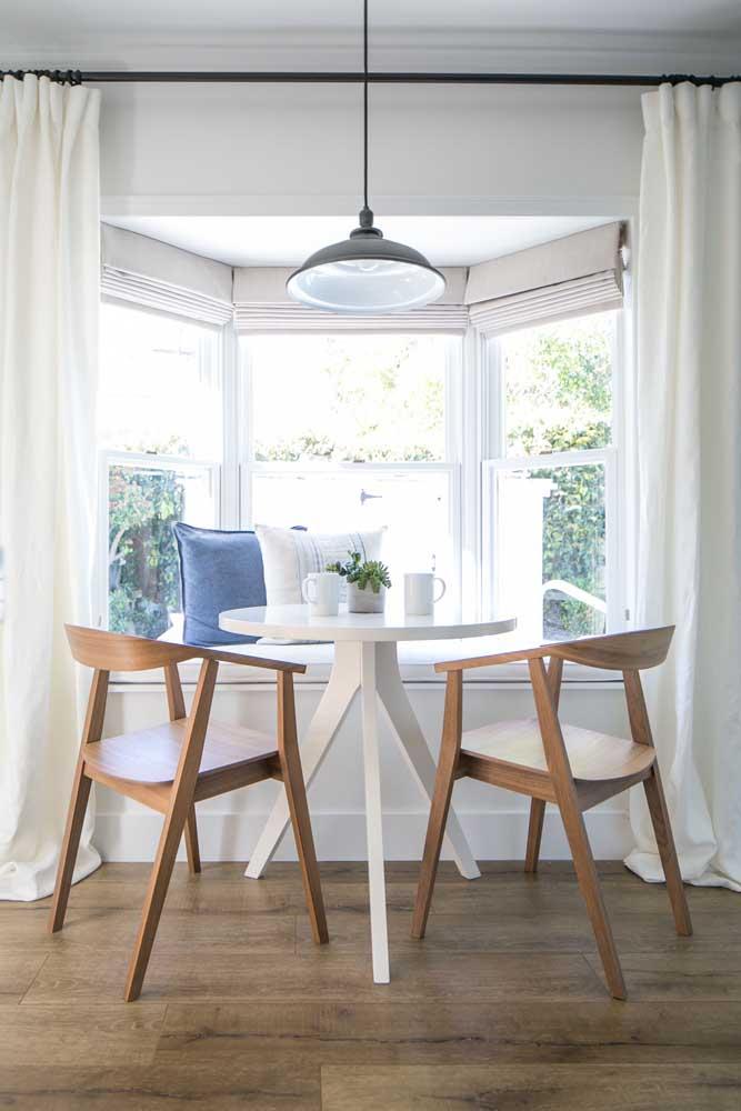 Muito interessante e funcional o projeto dessa sala de jantar com Bay Window: o sofazinho sob a janela conta com uma cortina que o separa do restante do ambiente
