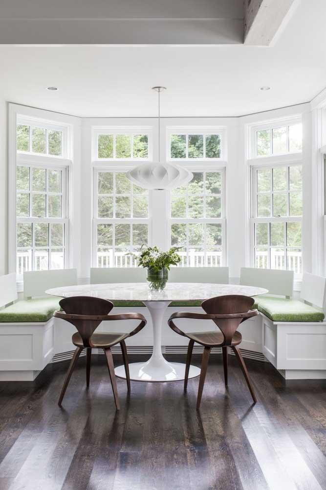 Linda ideia de como usar a Bay Window: criando um canto alemão que segue o contorno da janela