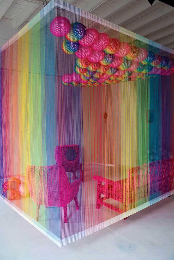 Deixe a criatividade falar mais alto: esse ambiente ganhou uma parede inteira em String Art, toda colorida e conectada do rodapé a moldura no teto