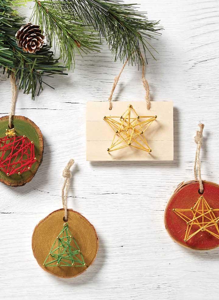 Mais uma inspiração natalina de String Art: pequenas placas em madeira serviram de base para os desenhos escolhidos; use-os na árvore de Natal