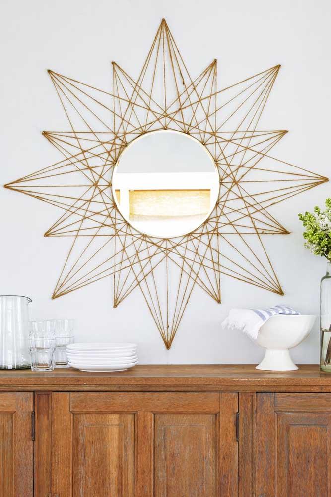 O String Art forma um sol ao redor do espelho da sala de jantar, substituindo muito bem a tradicional moldura