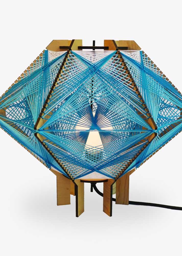 Luminária em String Art com linhas azuis e base em MDF