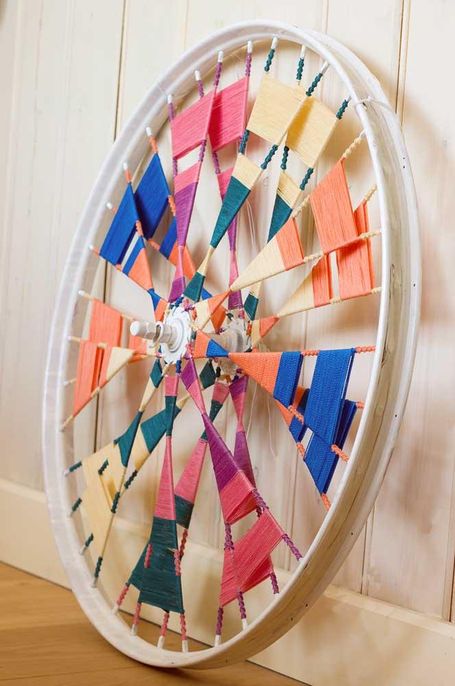 Uma roda diferente e criativa formada a partir do String Art; as miçangas dão o toque extra à peça