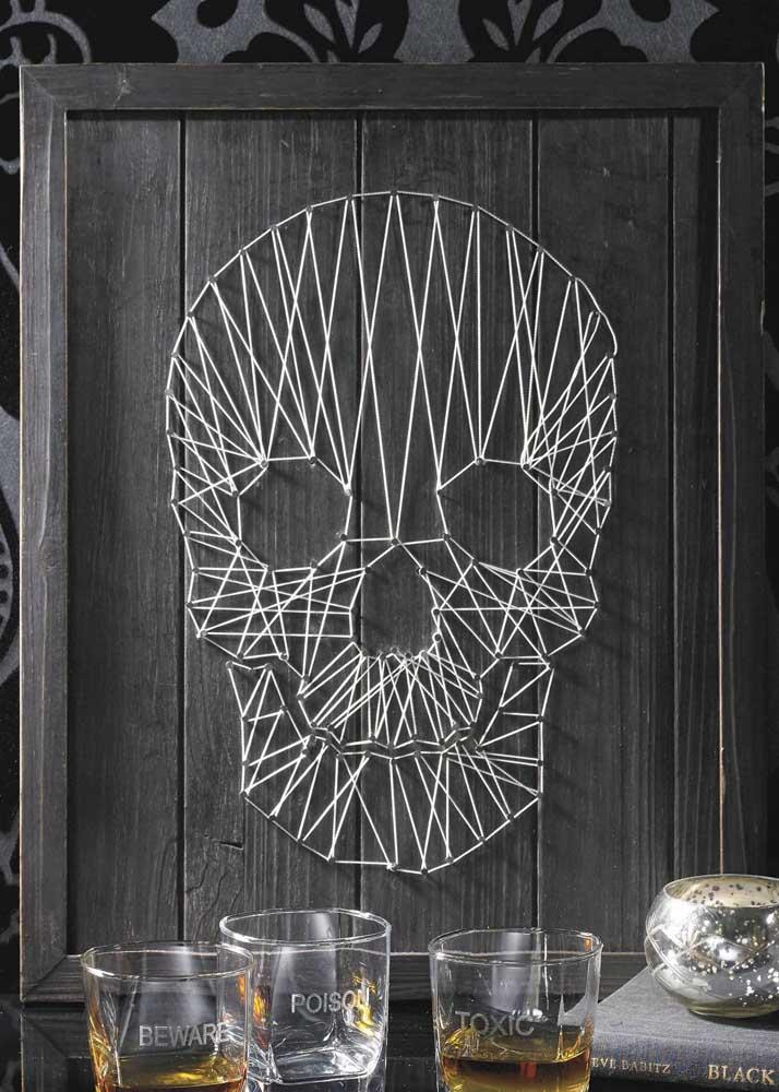 String Art super moderna em molde de caveira; a base em madeira e as linhas brancas garantem o destaque do desenho