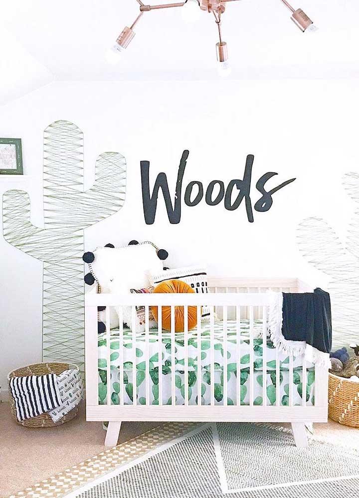 String Art em formato de cacto na parede para combinar com o estilo do quarto do bebê