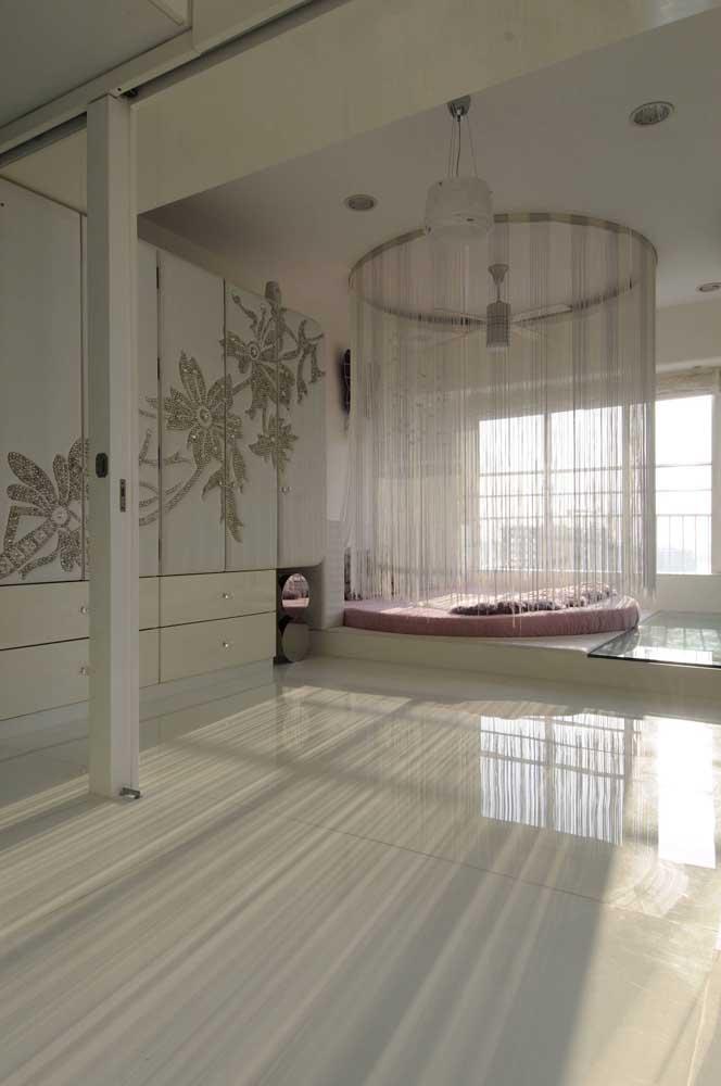 Ideia original de String Art: cúpula da cama redonda com fios em linhas brancas para combinar com a tonalidade do ambiente
