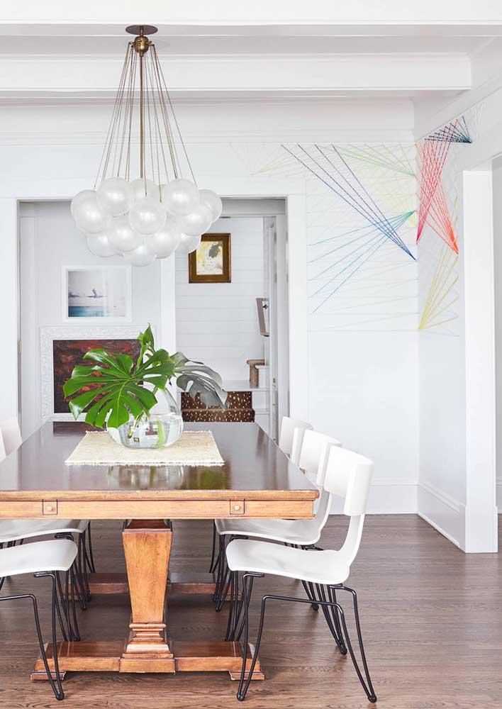 A sala de jantar ficou mais descontraída com os pequenos pontos de cor do String Art