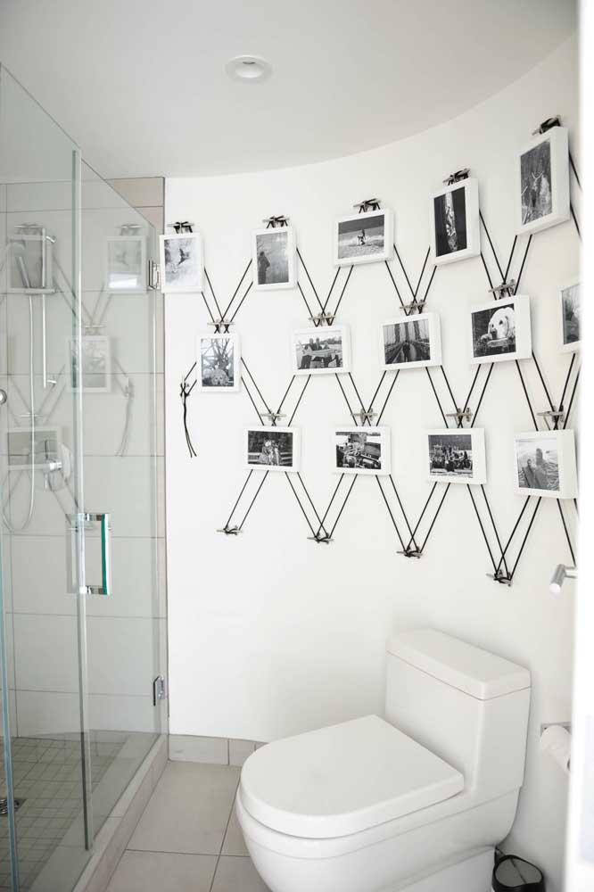 A parede com as fotos emolduradas ficou ainda mais bonita com a aplicação do String Art ao fundo das peças