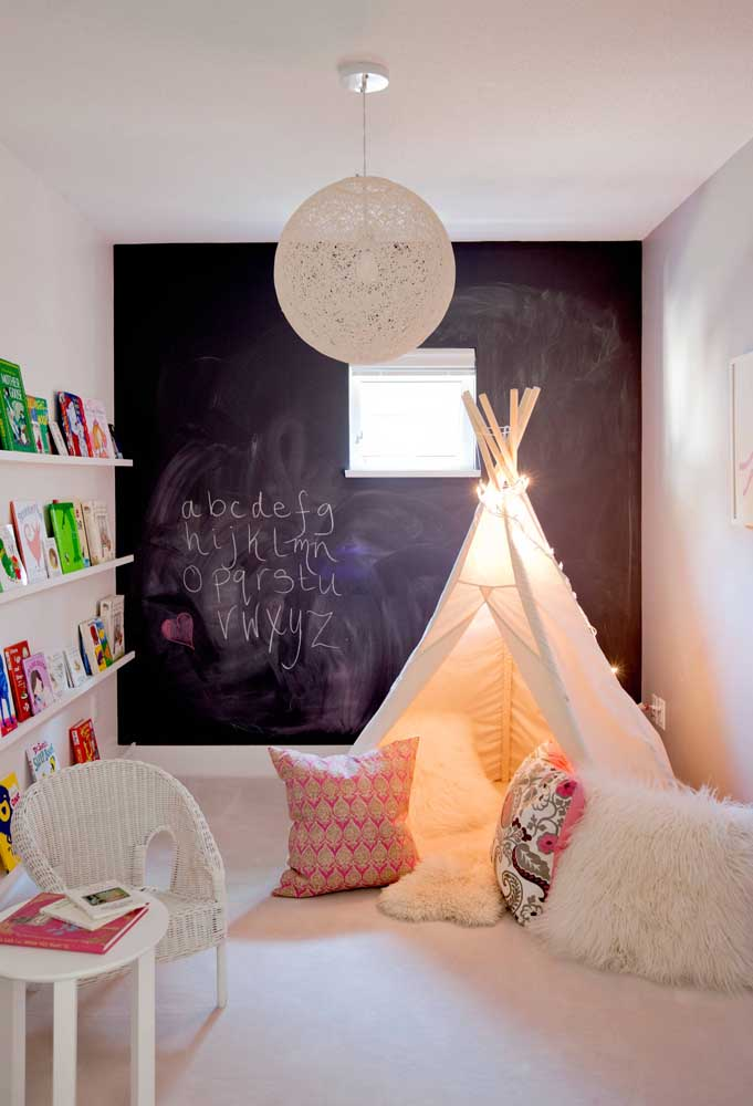 Luminária redonda com detalhes em String Art; criatividade no quarto infantil