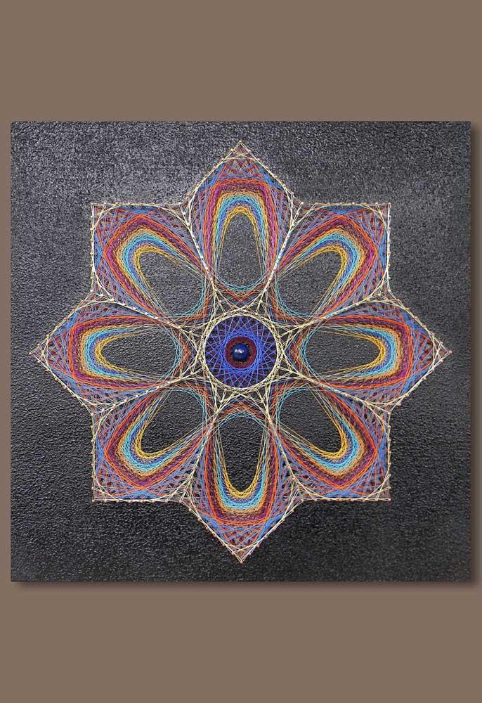 Mandala em String Art na base cinza; a cor ajudou a destacar as demais tonalidades da arte