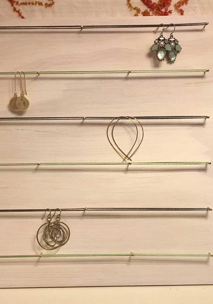 Essa opção de String Art super simples serviu de apoio para bijuterias; uma ideia linda e super funcional