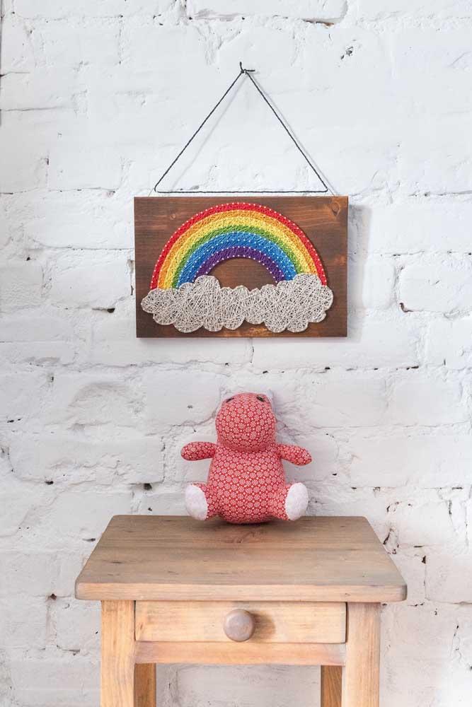 String Art ideal para o quarto dos pequenos, com base em madeira escura, criando o contraste perfeito entre a madeira e as cores das linhas