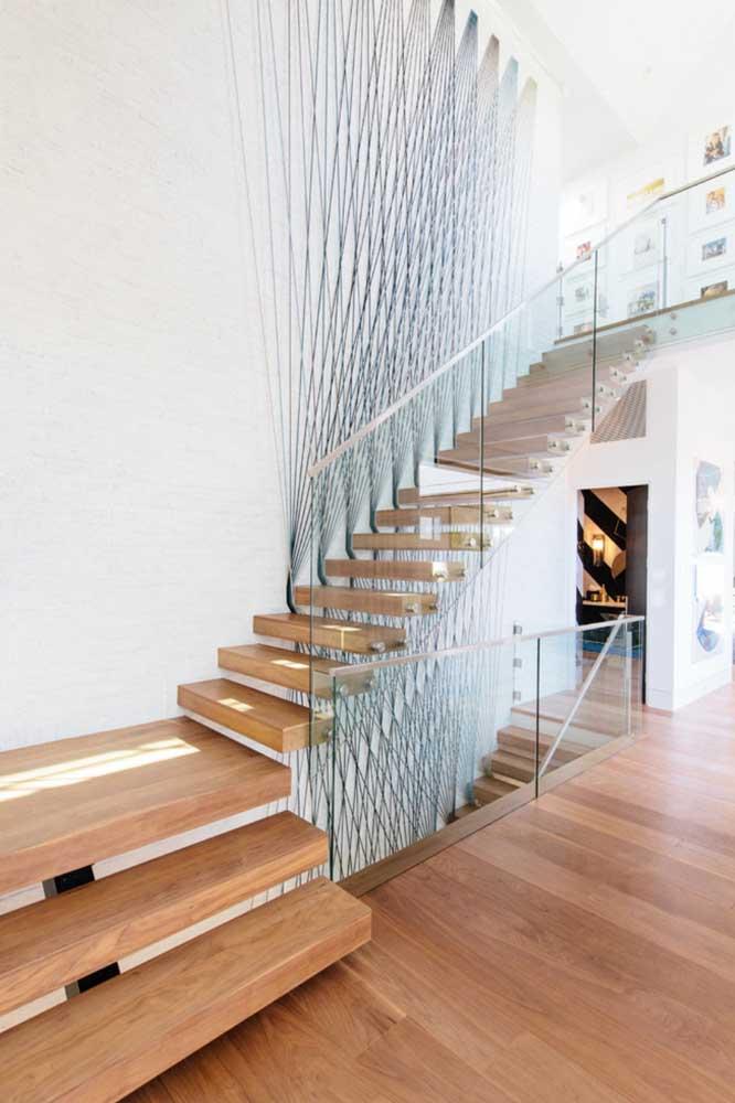 A escada ganhou um design único com as aplicações em String Art nas paredes brancas