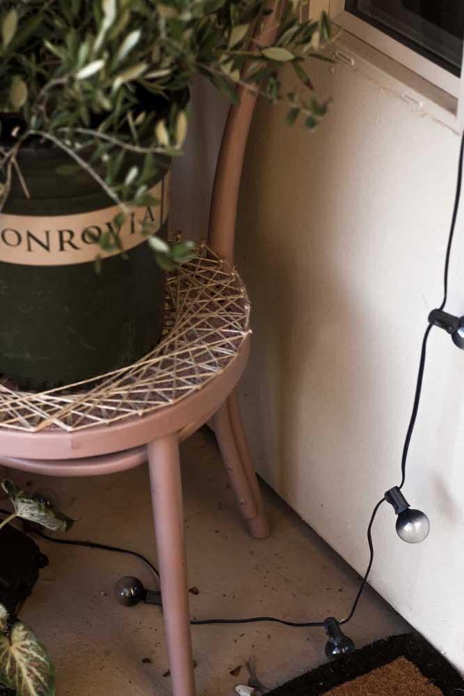 Quem diria? Aqui, o String Art foi aplicado no pequeno banco que serviu de apoio para o vaso de plantas