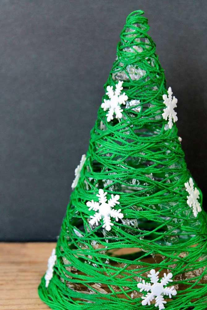 Inspiração natalina com o String Art em formato de árvore de Natal, com pequenas aplicações em flocos de neve