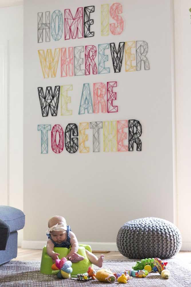 String Art em frase feito na parede; destaque para as letras em cores diferentes