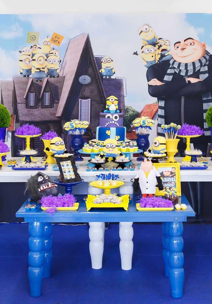 Que tal colocar um painel enorme com a figura dos Minions na parte de trás da mesa principal do aniversário?
