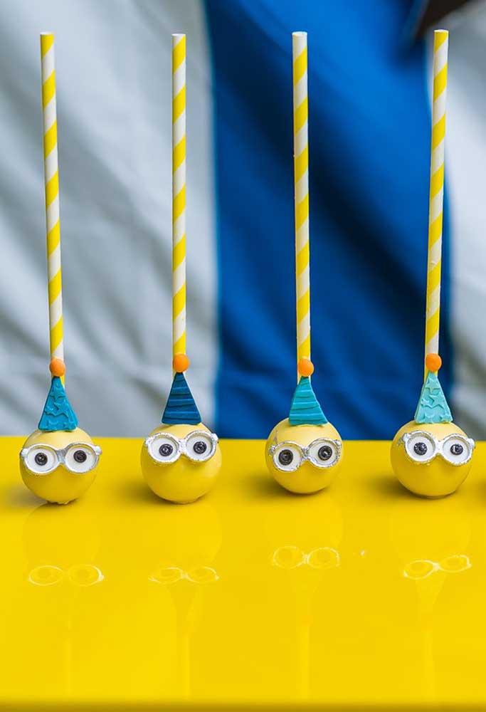 O cake pop entra no ritmo do tema da festa. Neste caso, você pode decorá-lo de acordo com os personagens dos Minions.