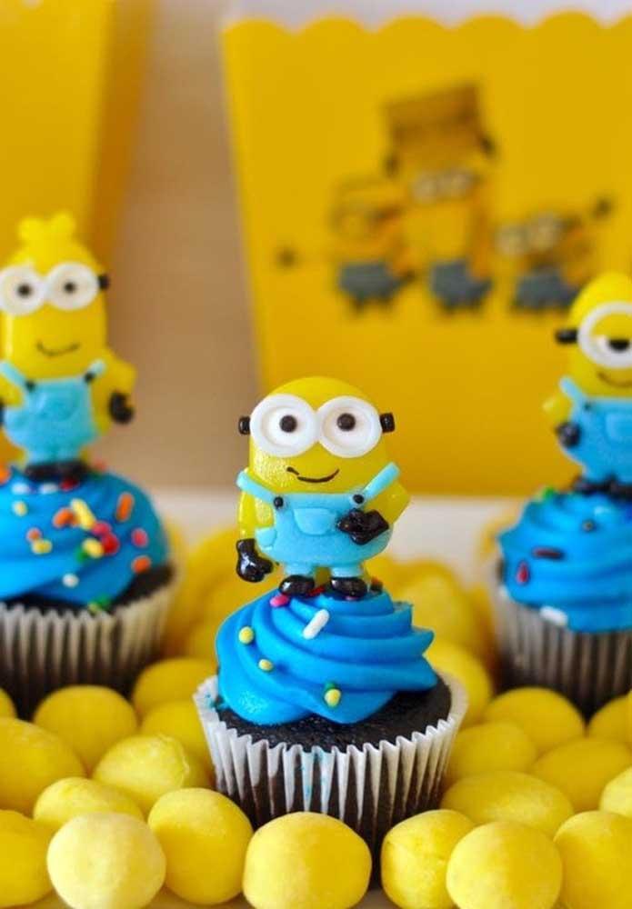 Você não pode esquecer de decorar o cupcake. Uma boa opção é colocar alguns bonecos dos minions no topo.