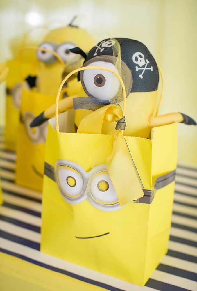 O que entregar como lembrancinha do aniversário? Se o tema é Minions, as crianças vão adorar ter um boneco do personagem.